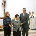 El alcalde le hace entrega de la medalla de oro del Ayuntamiento a la madre del homenajeado