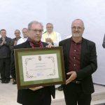 El primer teniente de alcalde entrga el diploma honorífico al hermano de Policarpo Delgado