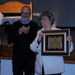 El concejal de Cultura entrega una placa de reconocimiento a Pilar Luzardo
