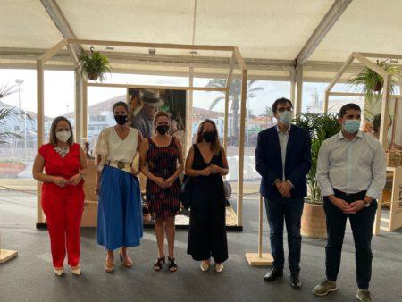 La alcaldesa junto miembros del Cabildo en la Feria Insular de Artesanía