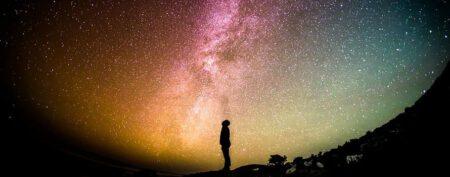 cielo con estrellas y un hombre